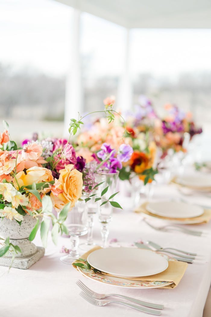 Tischdeko für Hochzeit in warmen Pastellfarben, Servietten in Apricot, große Blumensträuße