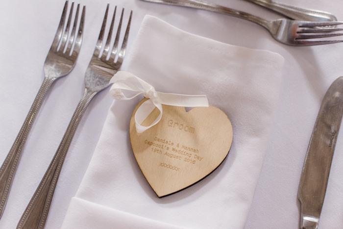 Schöne Idee für Gastgeschenk, Herz aus Holz mit personalisierter Botschaft für jeden Hochzeitsgast