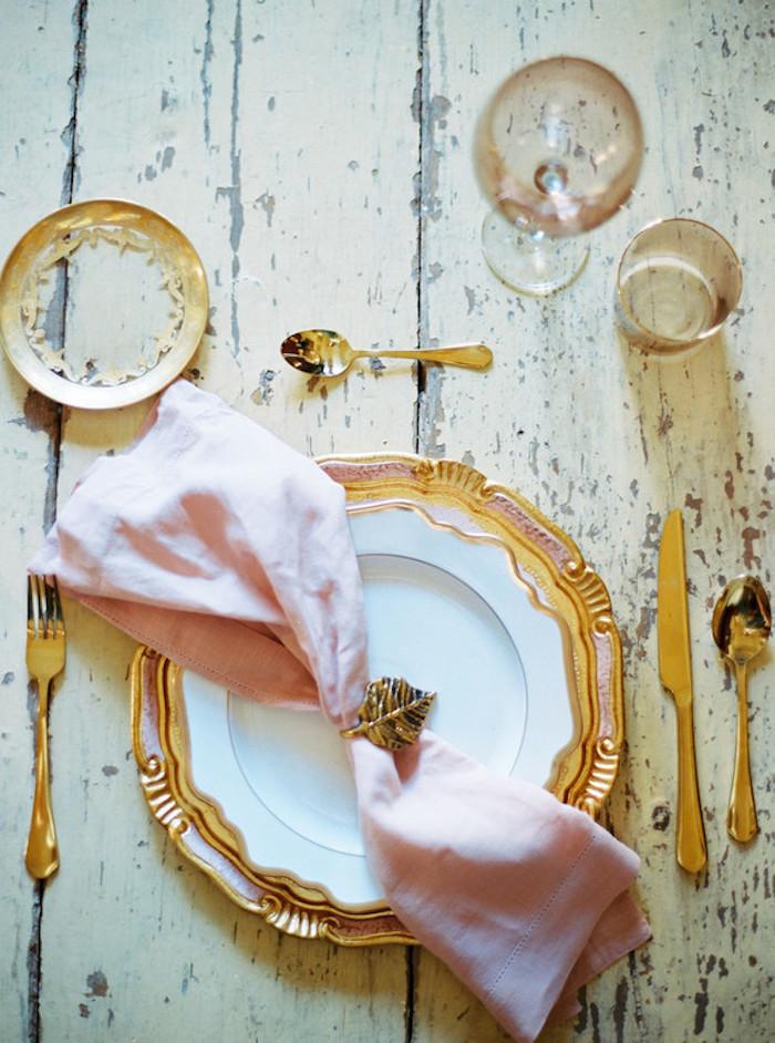 Ausgefallene Ideen für Tischdeko, rosafarbene Servietten, Serviettenhalter in Form von Blatt, Teller mit goldenem Kant
