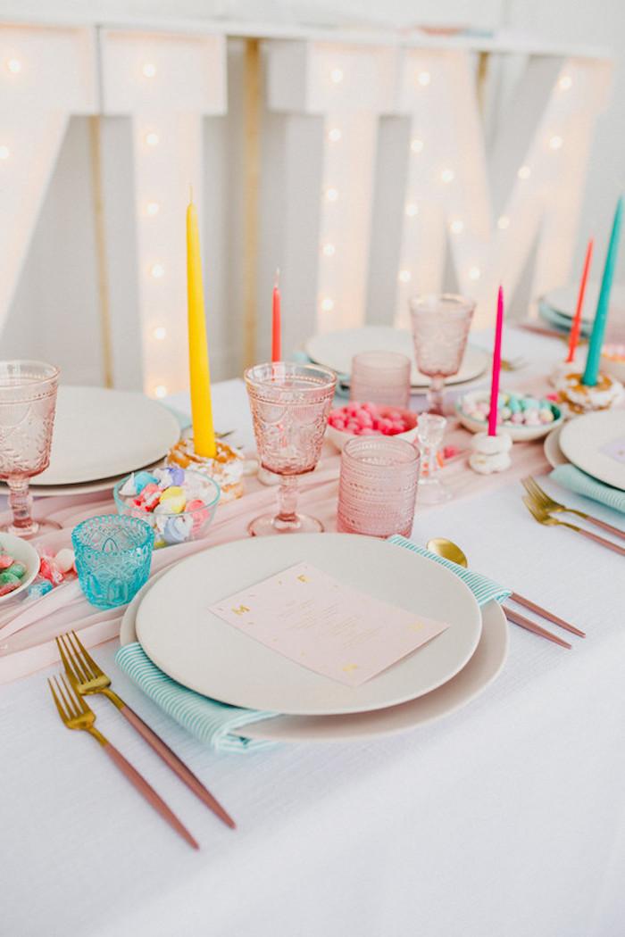 Tischdeko zur Hochzeit in fröhlichen Farben, bunte Kerzen Servietten und Kristallgläser