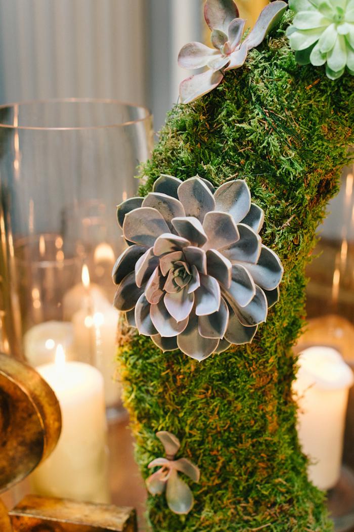 Ausgefallene Idee für Hochzeitsdeko, Kranz mit Moos bedeckt und weiße Duftkerzen