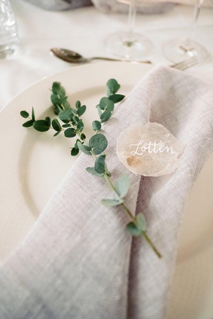 Schlichte und elegante Tischdeko für Hochzeit, weiße Tischdecke und weiße Teller, Serviette aus Lein