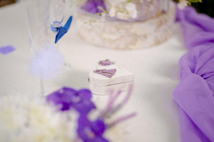 Weiße Holzschachtel für Eheringe, mit Brautpaar, Hochzeitsdeko in Lila und Weiß