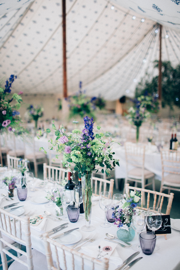Simple und elegante Tischdeko für Hochzeit, Sträuße aus Feldblumen, weiße Tischdecke