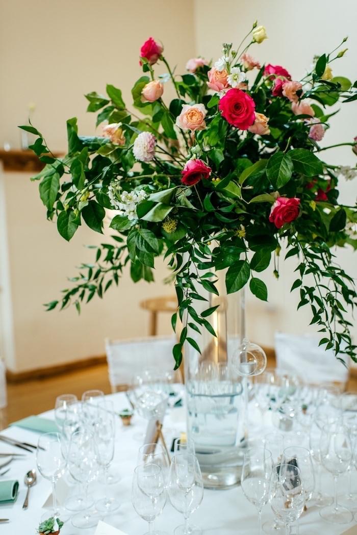 Gläser und Vase aus Kristall, großer Blumenstrauß, weiße Tischdecke