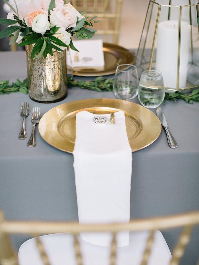 Ausgefallene Idee für Tiachdeko, Vase aus Dose, weiße und rosafarbene Rosen, weiße Duftkerzen und Blätter auf dem Tisch