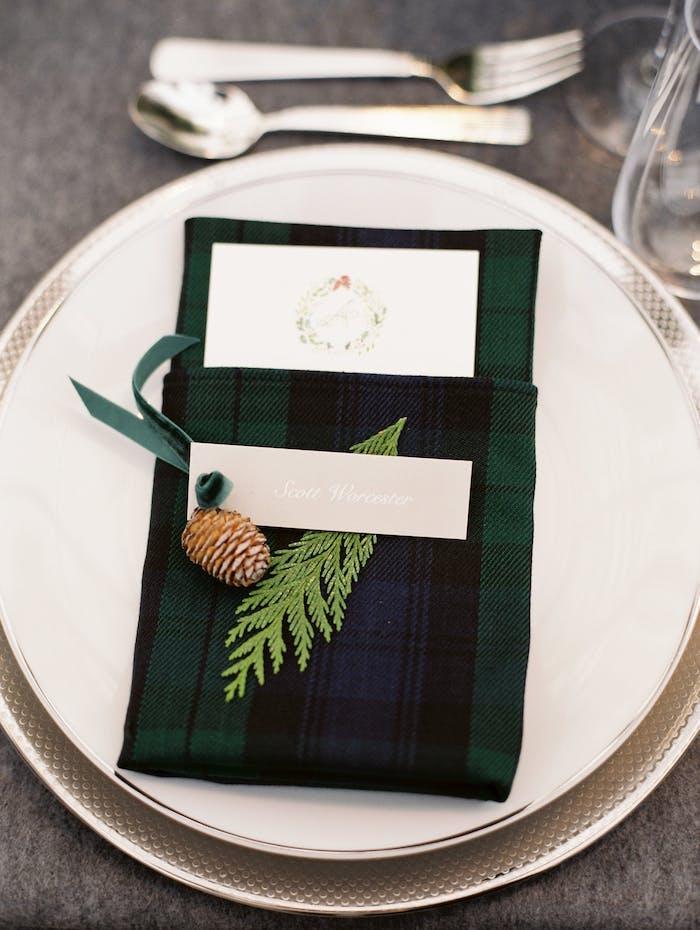 Tischdekoration für winterliche Hochzeit, karierte Serviette in Dunkelblau und -grün