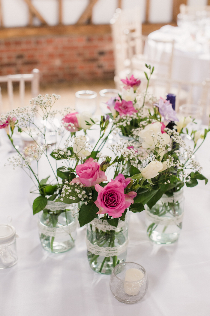 Tischdekoration in Landhausstil, Vasen aus Einmachgläsern mit Spitze dekoriert, kleine Duftkerzen
