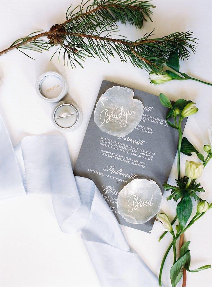 Schlichte und stilvolle Tischdeko für Hochzeit, weiße Blumen, kleine Schachtel für Ehering, handgemachtes Menü