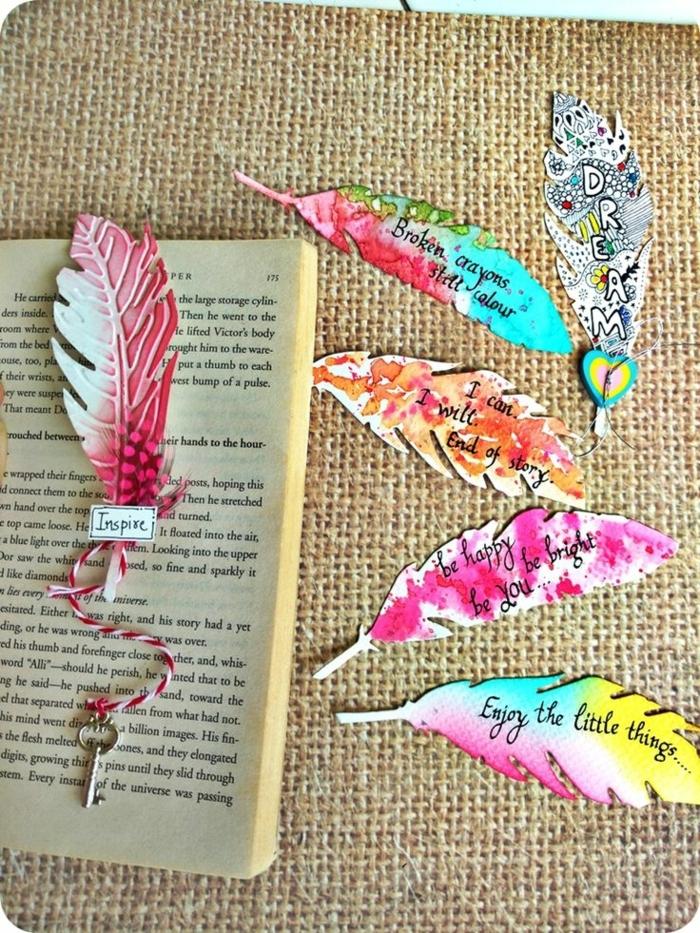 Sprüche, die inspirieren auf gefärbte Feder, die als Lesezeichen dienen, Lesezeichen selber basteln
