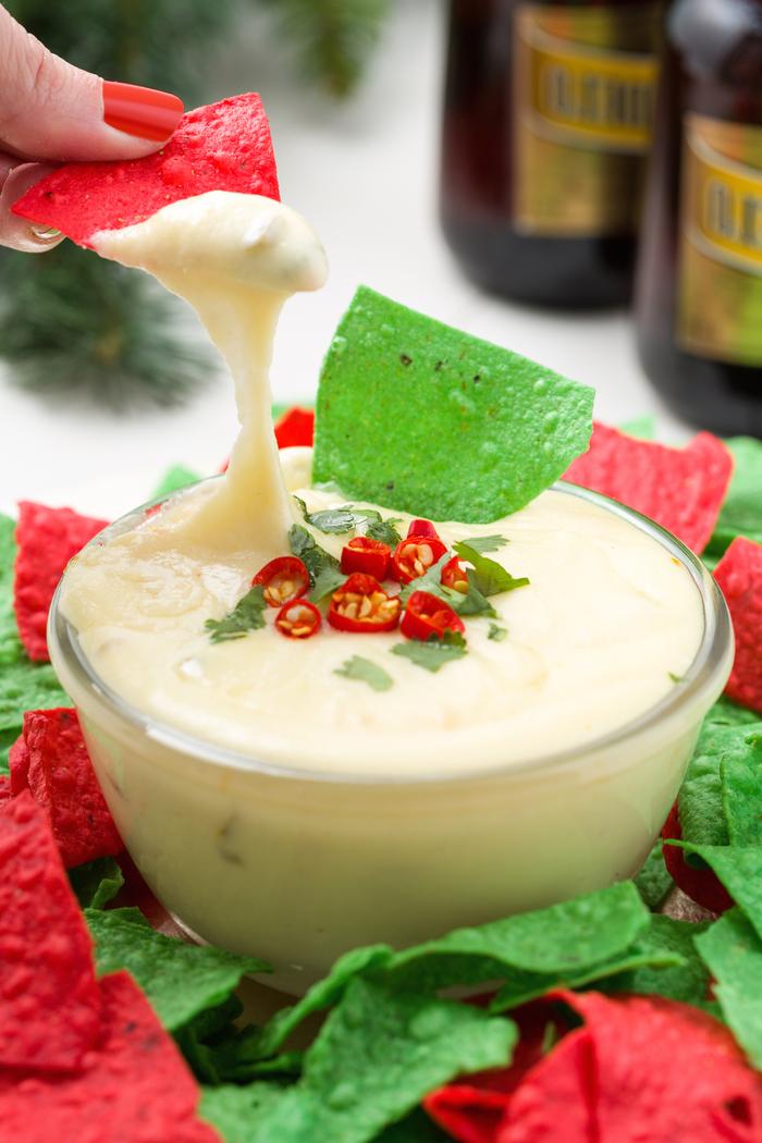 vegetarisches weihnachtsessen, hummus mit paprika und tortilla chips servieren