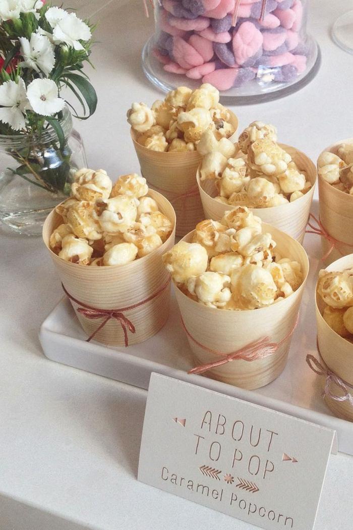 Becher mit Karamel Popcorn, Gastgeschenke Babyparty, weiße Blumen in Vase