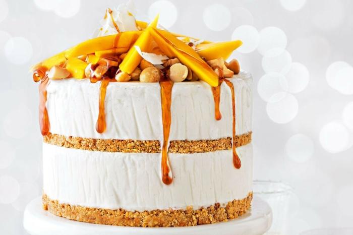 weiße Creme, Karamel Topping, gelbe Früchte und Nüsse, einfache Tortenrezepte