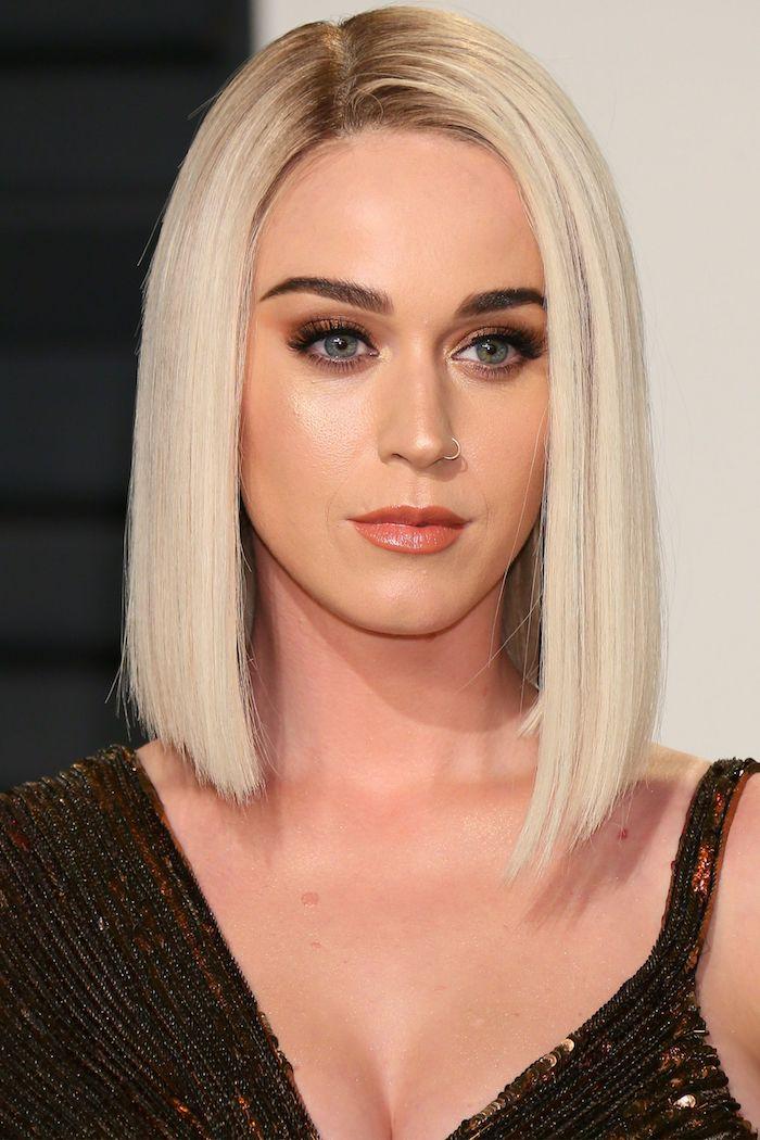 Schulterlange blonde Haare, Katy Perry Bob Frisur, Smokey Eyes und Lipgloss