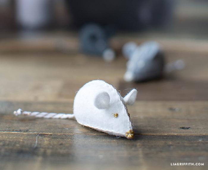 katzenspielzeug beschäftigung, maus aus weißem stoff nähen, boden aus holz