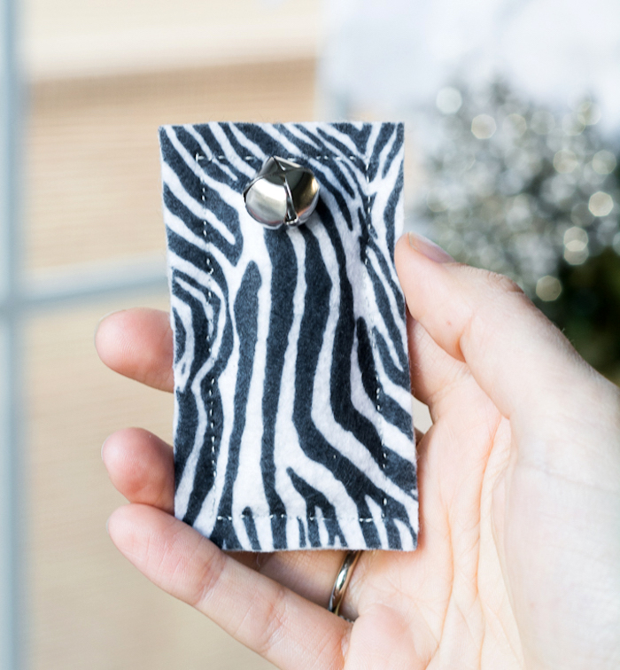 katzenspielzeug diy, kleies rechteckiges spielzeug aus stoff mit zebra muster und gloke
