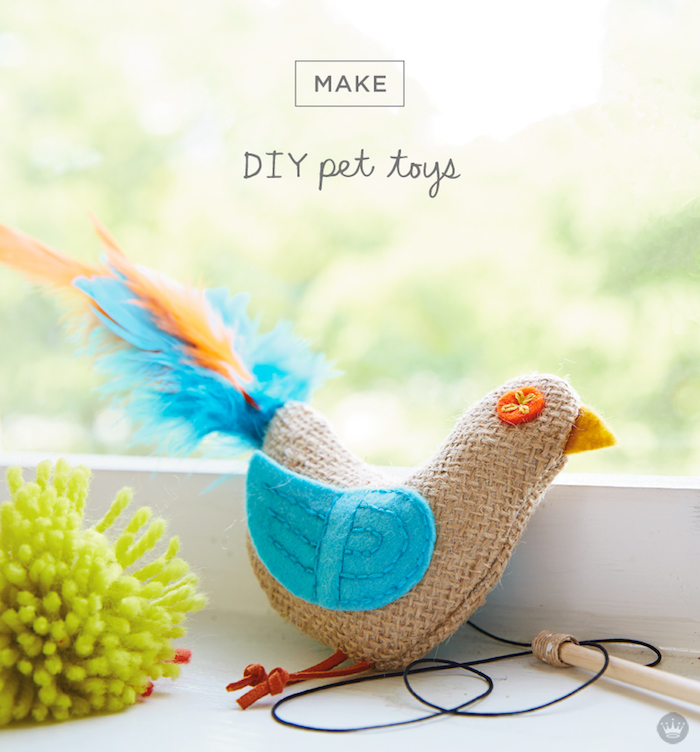 katzenspielzeug diy, spielzeug für katze in form von vogel, bommel aus glebem garn