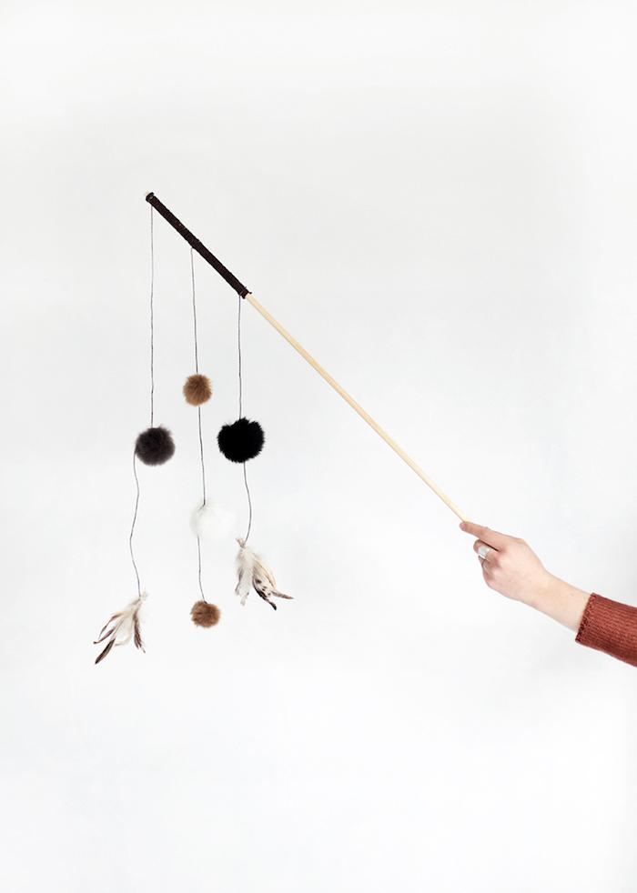 angel spielzeug mit bommeln und federn, katzenspielzeug selber basteln, bastelideen