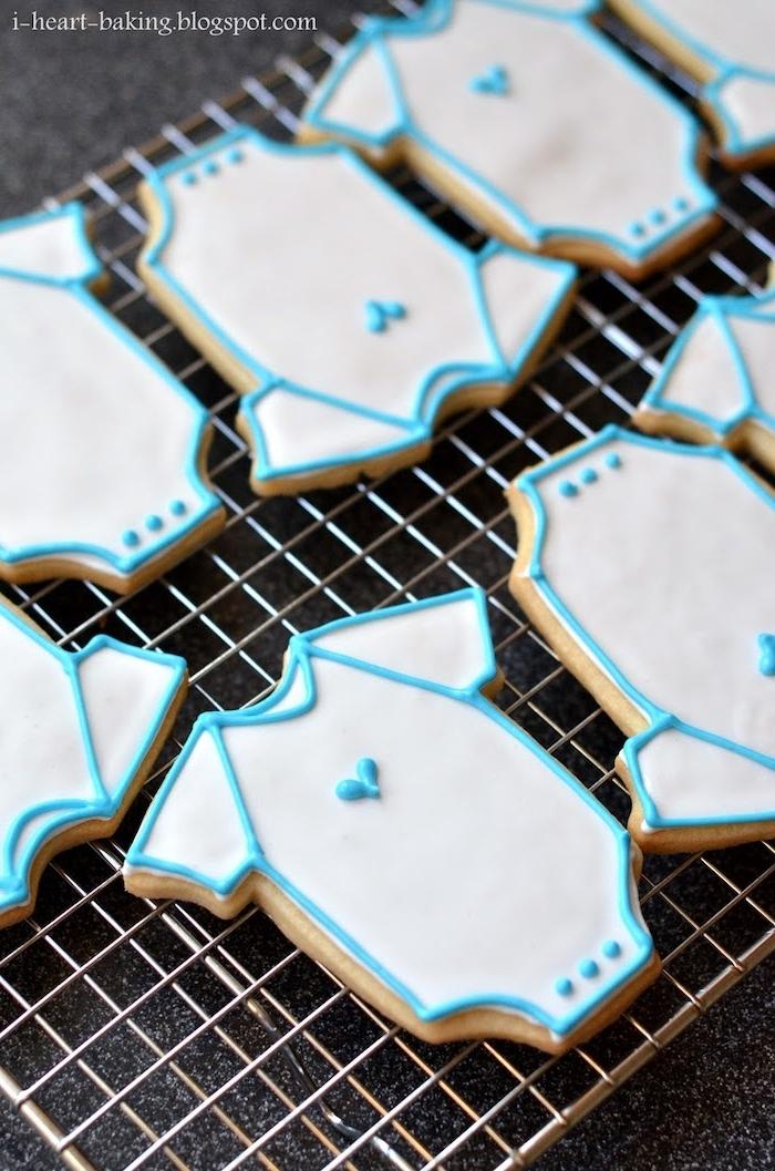 Kekse in Form von Babybodys selber backen und mit weißer und gelber Glasur dekorieren