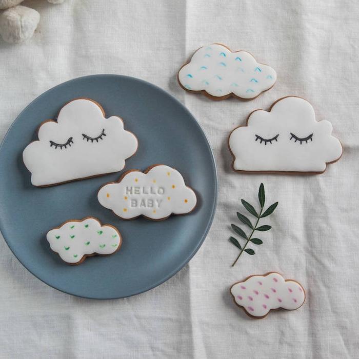 Kekse in Form von Wolken selber backen und dekorieren, süße Überraschung zur Taufe