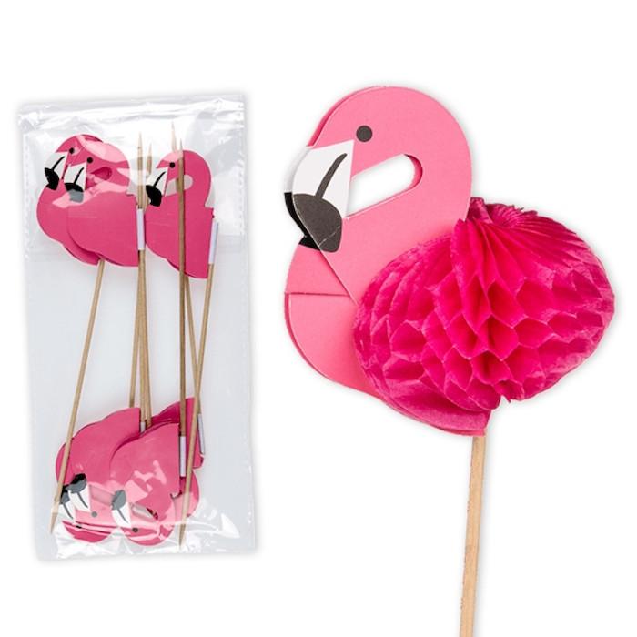 viele kleine cocktail stäbchen mit pinken flamingos mit schwarzen augen, deko für cocktail gläser