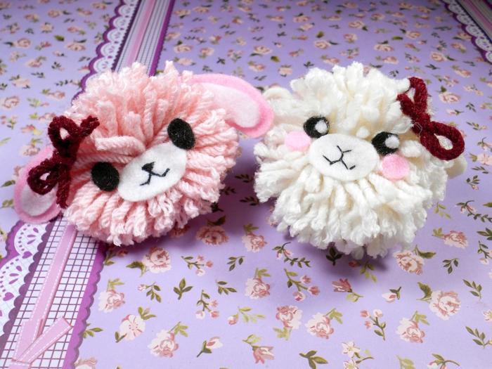 zwei kleine Figure basteln aus Wolle, ein Kanninchen und ein Kalb mit roter Schleifen