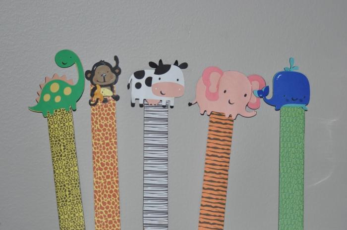 Lesezeichen Kinder, kleine Figuren von Tieren auf bunt gefärbte Lesezeichen