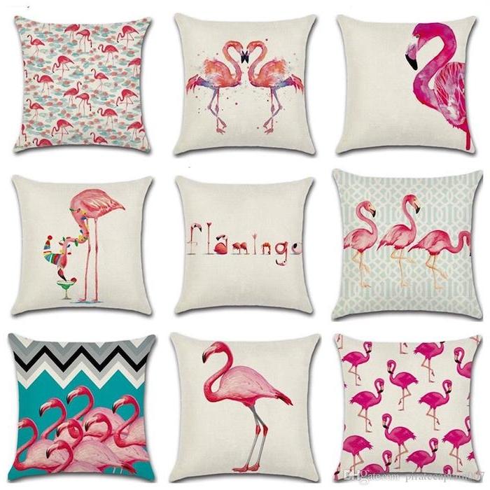 viele weiße kleine kissen mit vielen kleinen pinken flamingos mit pinken federn