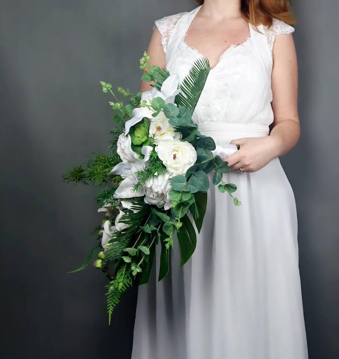 brautstrauß kosten, eine braut mit einem weißen brautkleid und mit einem großen grünen brautstrauß mit grünen blättern und mit weißen rosen und blumen, brautstrauß hortensie