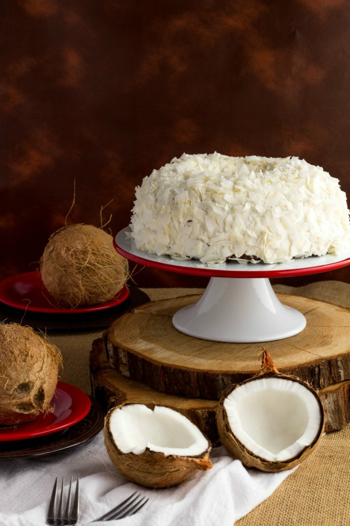 Kokosraspel auf einer Schokoladentorte, Hochzeitstorte, einfache Tortenrezepte