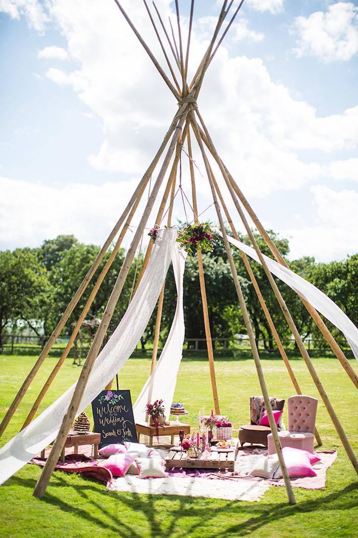 Kreative Idee für Hochzeitsfeier unter freiem Himmel, Sessel Dekokissen und Blumen