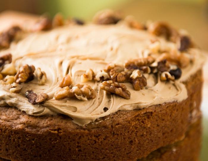 Schokolade Torte mit zwei Böden, Schokolade Creme und Walnüsse, einfache Tortenrezepte