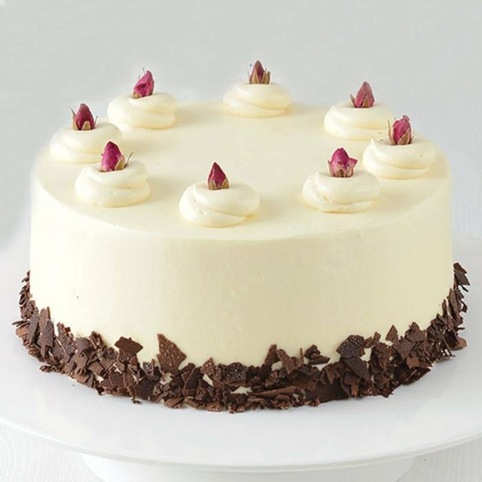 weiße Torte, Geburtstagstorte Rezept, kleine Schokoraspeln umgeben, kleine Rosen