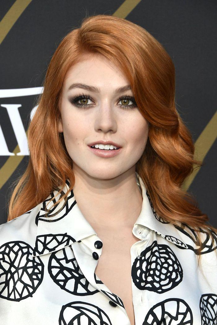 Haarfarbe Kupfer und Porzellanteint, Smokey Eyes und Lipgloss, weißes Hemd mit schwarzen Motiven