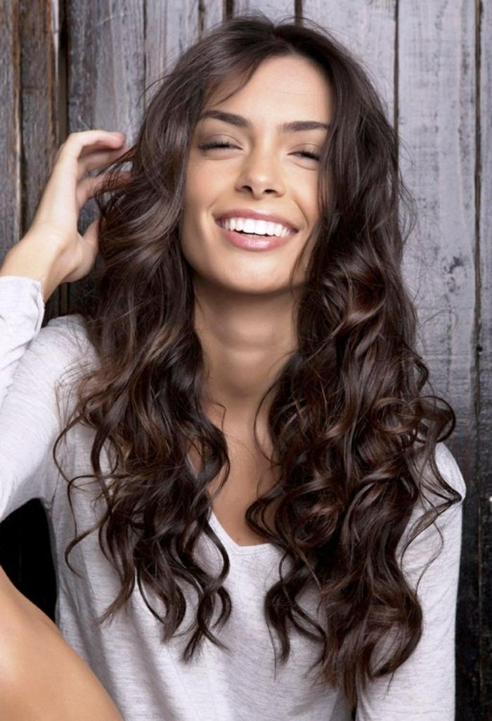 lange Haare in schwarzer Farbe, weiße Bluse, lässige Locken, Frisuren für lange Haare selber machen