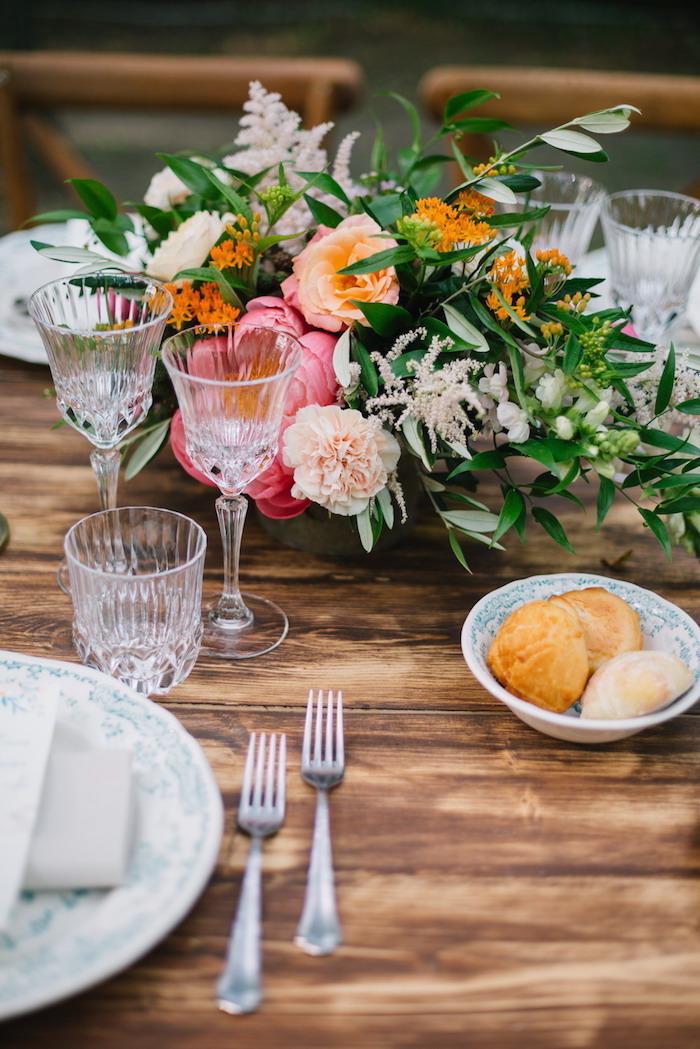 Hochzeitsdekoration in Landhausstil, viele bunte Blumen, Gläser aus Kristall