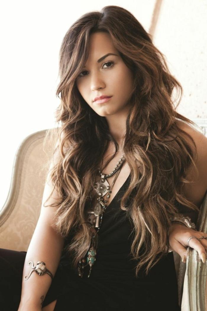 Demy Lovato mit Ihrer langen welligen Haar, einfache Frisuren für lange Haare, schwarzes Kleid