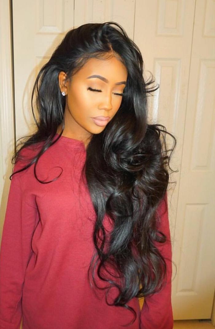 einfache Frisur, roter Pullover, langen schwarze Haare mit Locken, schöne Schmicken