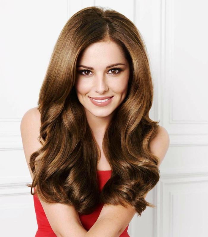 ein ausgezeichnetes Haar, rotes Kleid, braunes glätzendes Haar, braune Augen