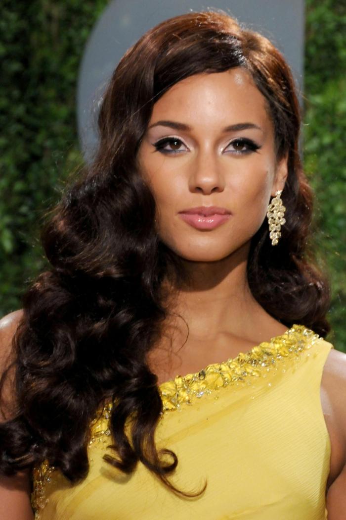 Frisuren lange Haare selber machen, lockige schwarze Haare, Seitensteichel, schöne Ohrringe, gelbes Kleid