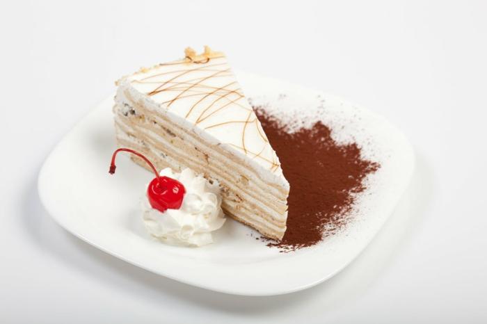 Geburtstagstorte Rezept, Torte mit weißer Creme, mit Zimt und Kirsche serviert