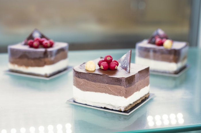 drei Stücke Torte mit drei verschiedene Creme, rote Beeren, Geburtstagstorte Rezept