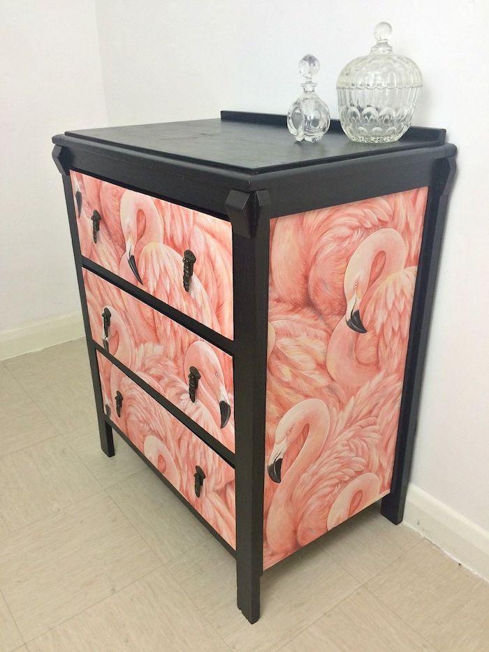 ein zimmer mk8t weißen wänden und ein schrank mit vielen kleinen und großen pinken flamingos, flamingo bilder