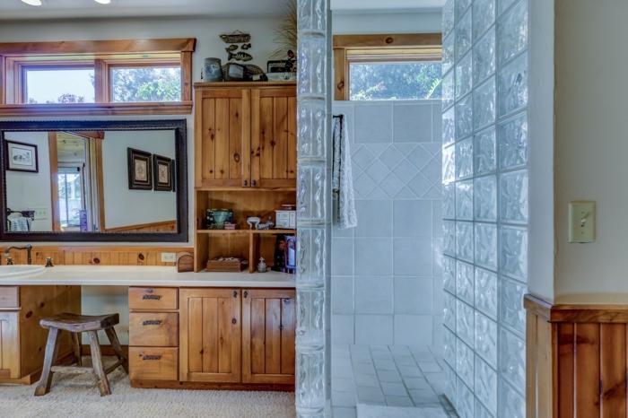 moderne Duschkabine, Glastüren, Möbeln aus Holz