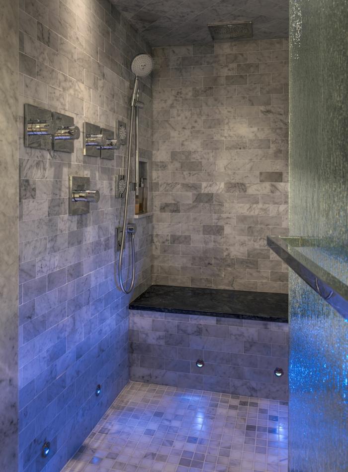 moderne Duschkabine mit blauer Beleuchtung