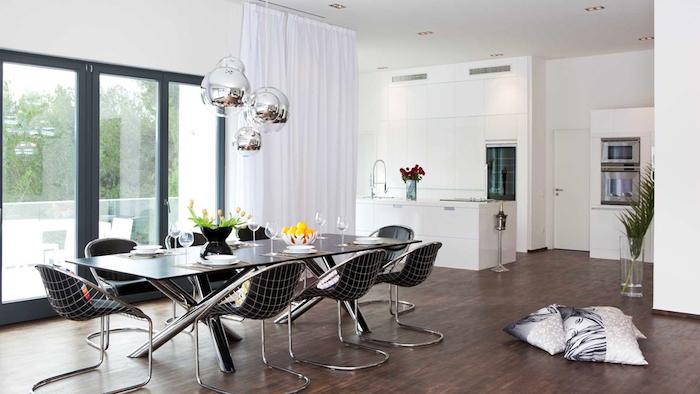 moderne pendelleuchten in silbern, runde hängeleuchten im esszimmer, langer tisch, schwarze stühle mit geometrischem motiv