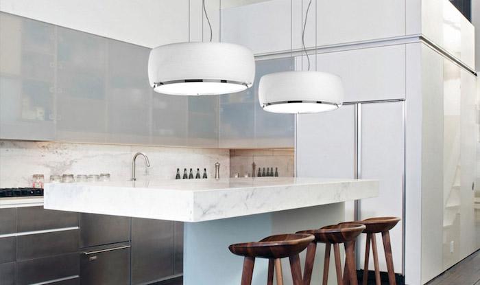 moderne pendelleuchten in weiß und silbern, kücheninsel aus marmor, designer leuchten