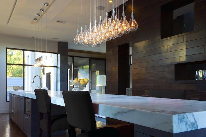 moderne pendelleuchten, viele glühbirnen, küchenbeleuchtung, lange kücheninsel mit marmor muster