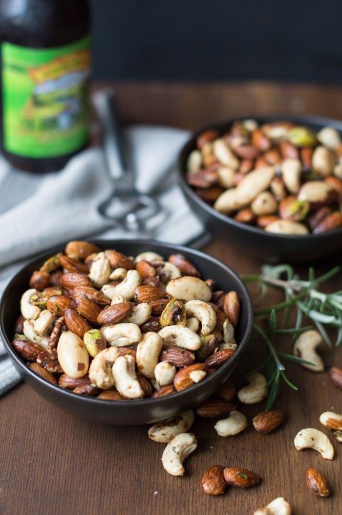 ideen für besondere vorspeisen, geröstete nüsse sind in jedem geschäft zu finden, gesund und easy idee wenn sie keine zeit zum langen kochen haben