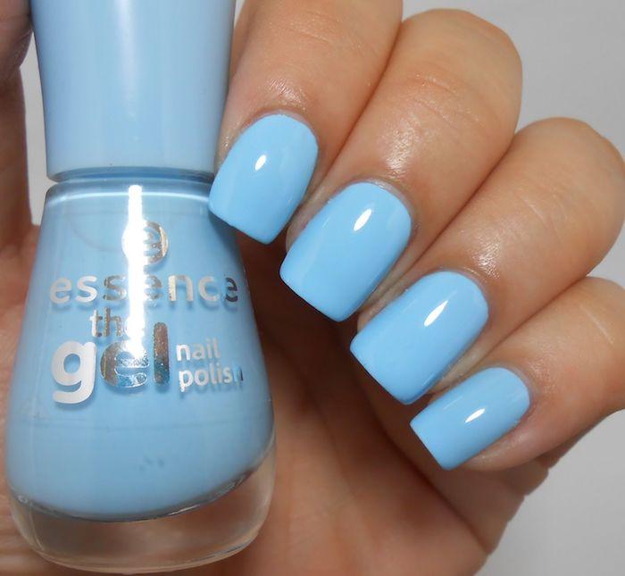 natürliche gelnägel, essense nagellack in hellblau, nägel lackieren, nagellackflasche